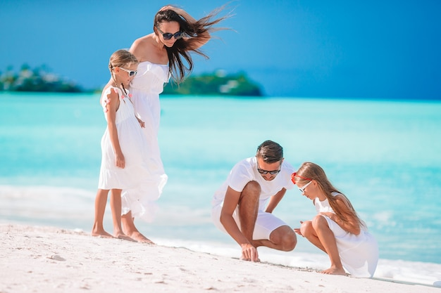 Família na praia.