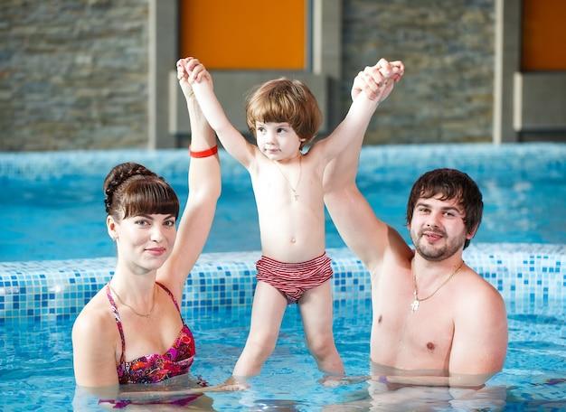 Família nadando na piscina.