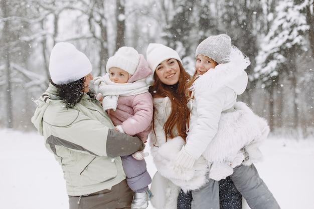 Família nas férias de natal em família. avós com filhos. pessoas posando para uma câmera.