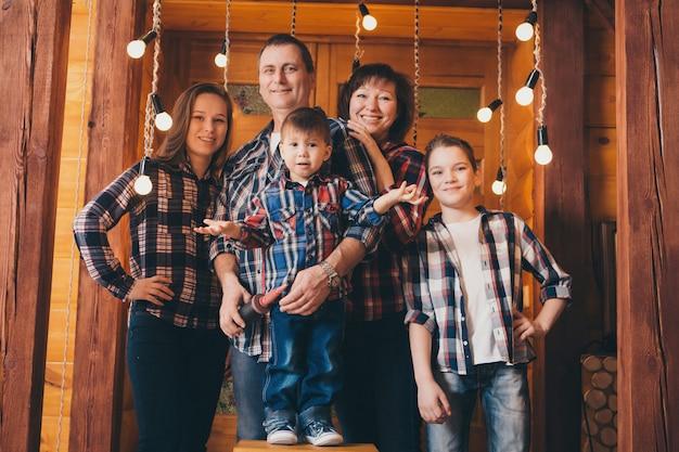 Família nas luzes de fundo