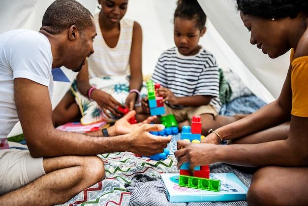 Família negra, aproveitando o verão juntos no quintal