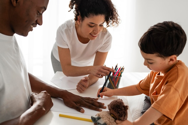 Família negra feliz desenhando e colorindo