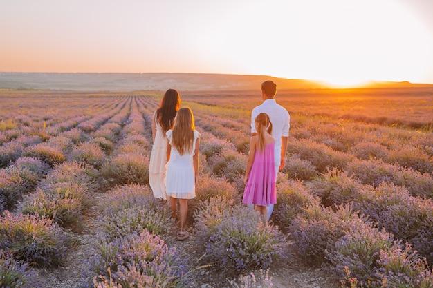 Família no campo de flores de lavanda ao amanhecer