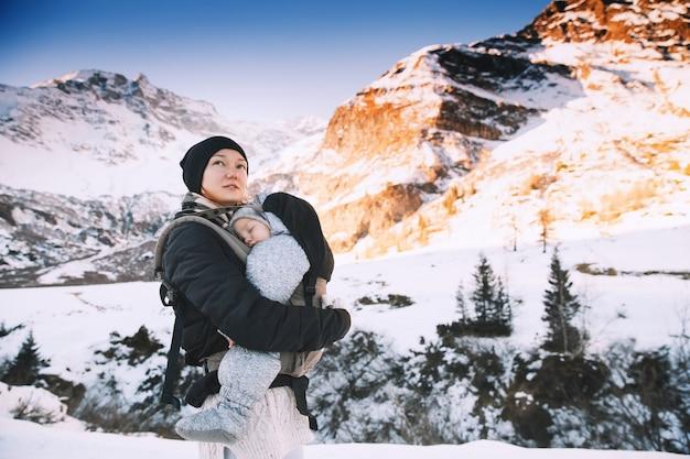 Família no campo de neve de inverno com montanha ao fundo caminhada nas montanhas de inverno na áustria