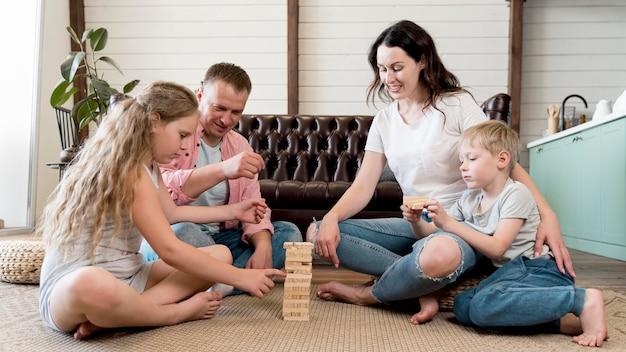 Família no chão, jogando o jogo