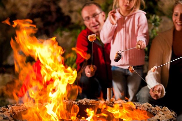 Família no churrasco à noite