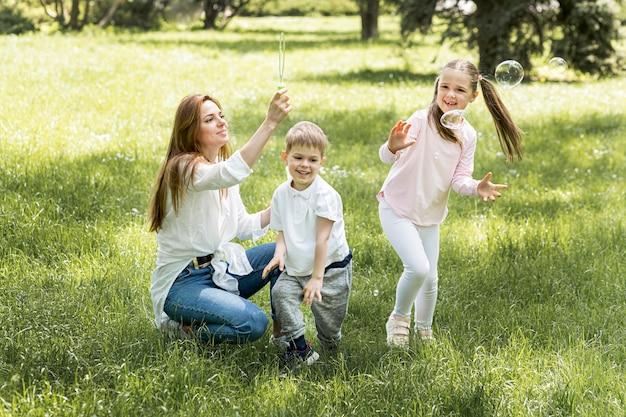 Família no conceito de criança feliz do parque