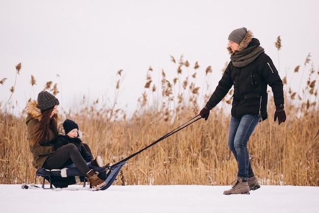 Família no inverno com filho e mãe trilhas