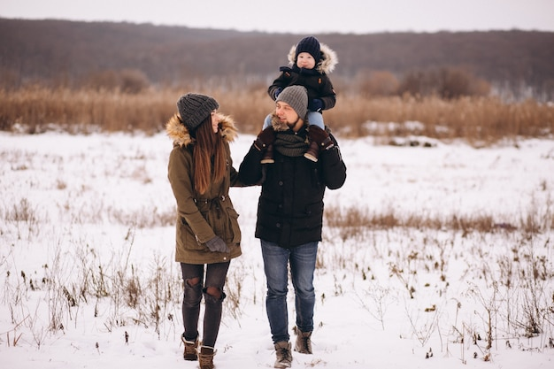 Família no inverno na floresta com filho
