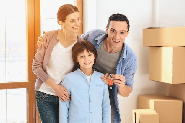 Família no novo apartamento com caixas de papelão