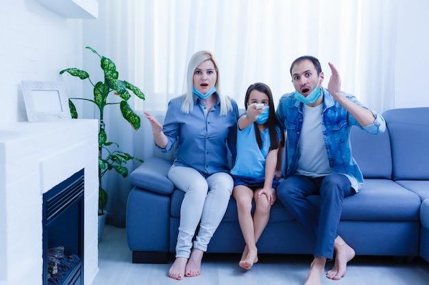 Família no sofá assistindo tv em casa. fique em casa durante a quarentena