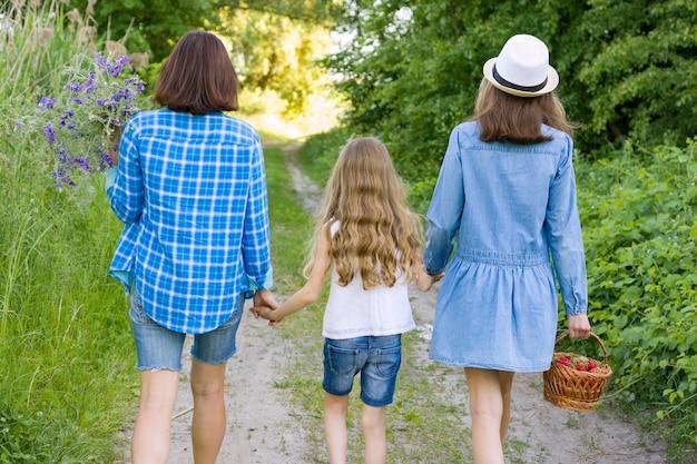 Família no verão na estrada rural da floresta.