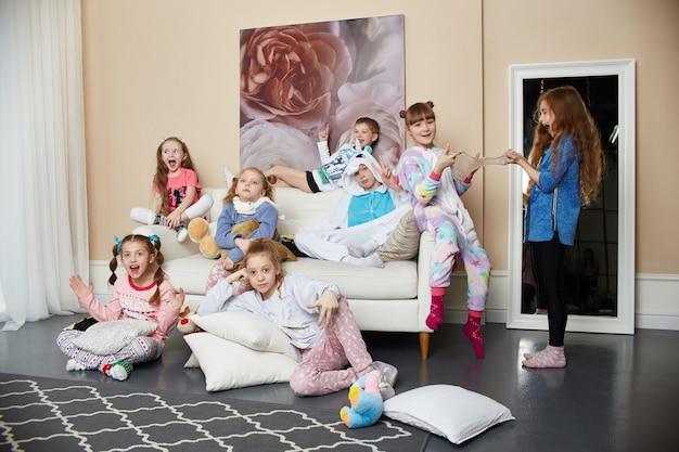 Família numerosa, as crianças se divertem e brincam pela manhã em casa. meninos e meninas em pijamas noturnos, uma grande família amigável. rússia, sverdlovsk, 10 de março de 2019