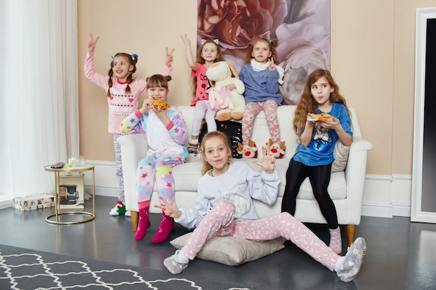 Família numerosa, as crianças se divertem e brincam pela manhã em casa