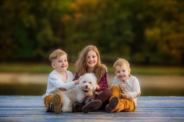 Família numerosa feliz na caminhada de outono
