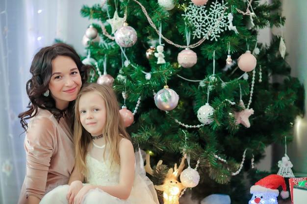 Família, og, mãe, e, filha pequena, perto, a, árvore natal, em, xmas, véspera