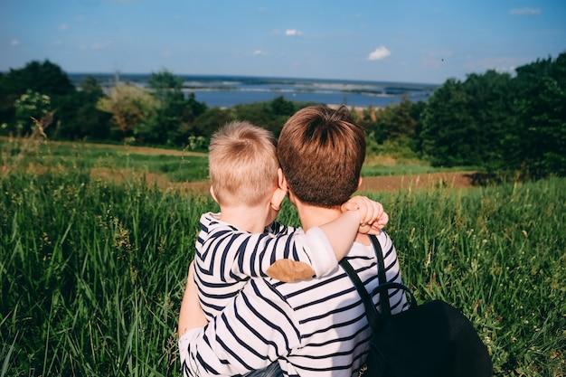 Família olha uma menina com um menino