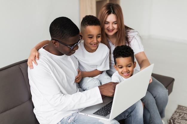 Família olhando juntos em um laptop