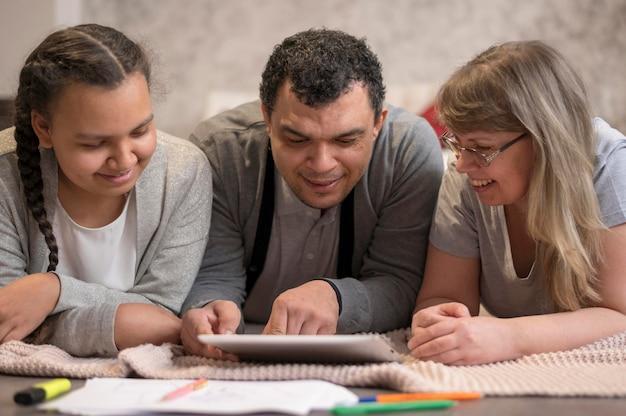 Família olhando no tablet