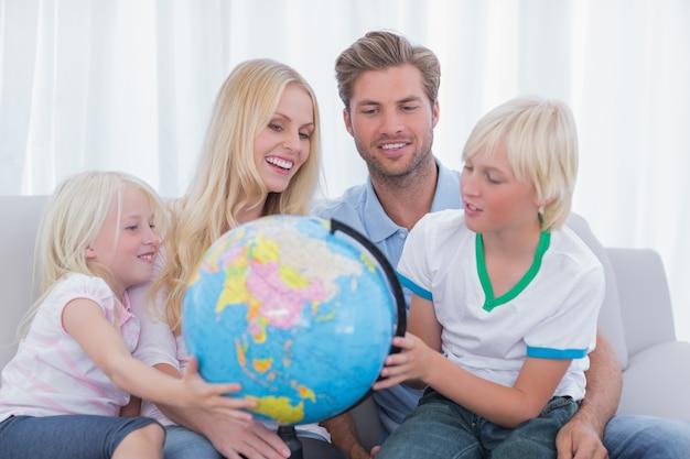 Família olhando para o globo em conjunto