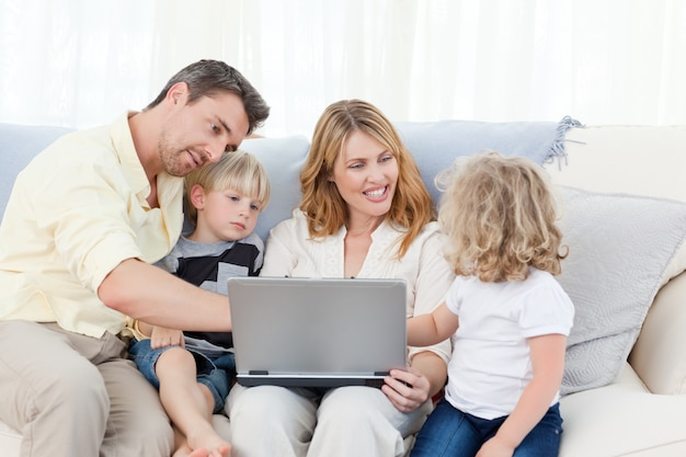 Família olhando para o laptop deles
