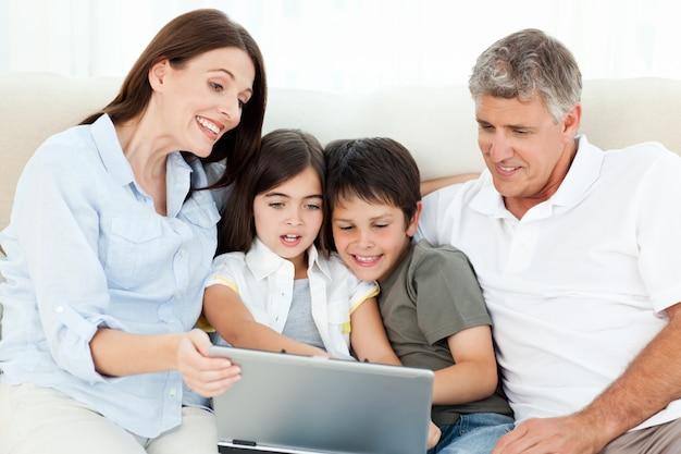 Família olhando para o laptop