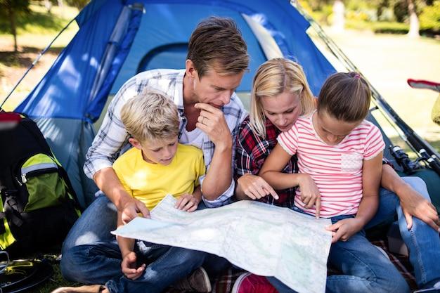 Família olhando para um mapa