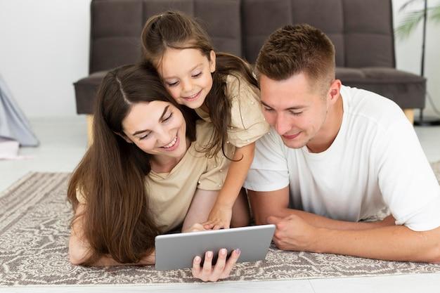 Família olhando para um tablet junta