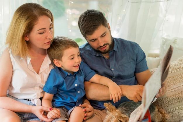 Família olhando um mapa em uma caravana