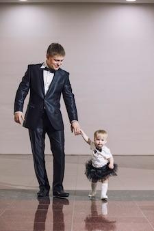 Família, pai e filha elegantes e bem vestidos, lindos e felizes juntos