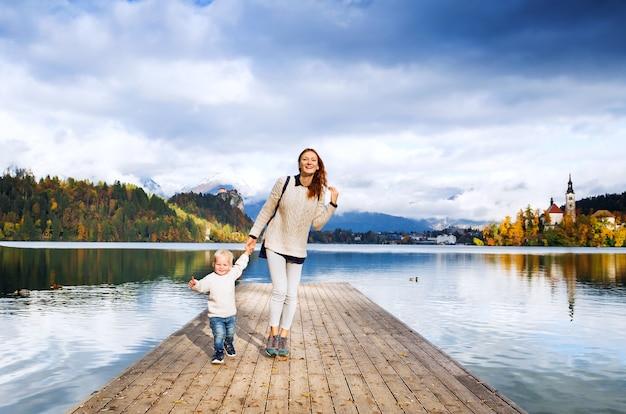 Família passa as férias em um lindo lago alpino