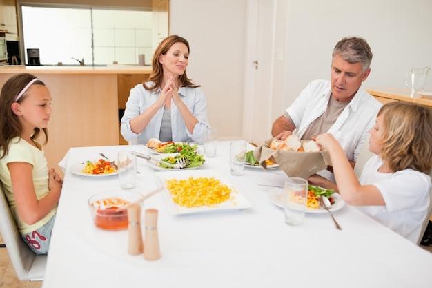 Família, passagem, breadbasket, durante, jantar