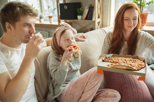 Família passando bons momentos juntos em casa parece feliz e alegre