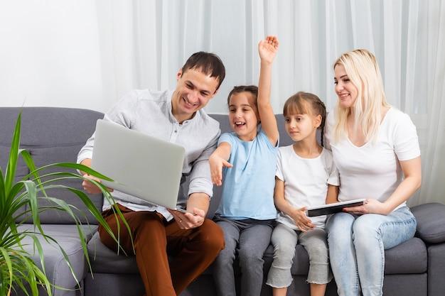 Família passando um tempo junta em casa