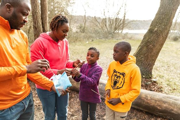 Família passando um tempo junta na floresta