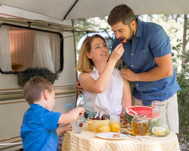 Família passando um tempo juntos comendo