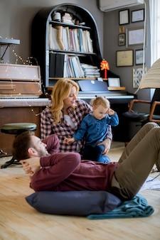 Família passar tempo em casa com sua filha
