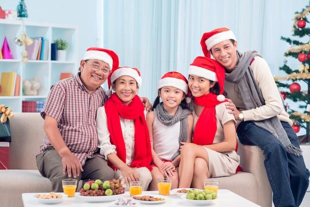 Família pela mesa de natal