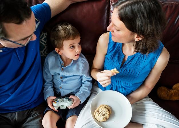 Família, pendurando, sofá