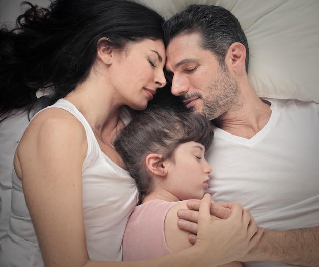 Família pequena dormindo juntos