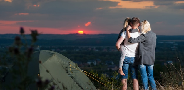 Família, perto, barraca acampamento, ligado, a, colina