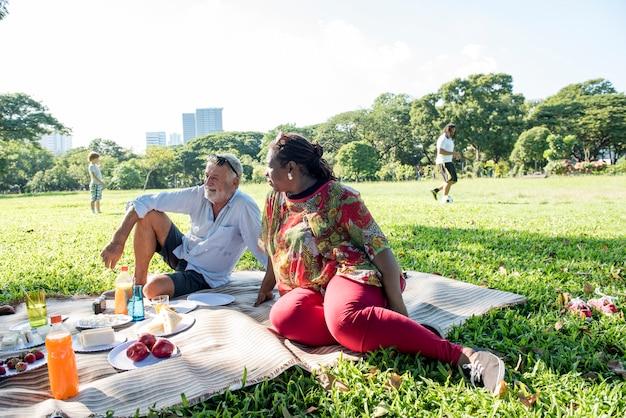 Família piquenique ao ar livre conceito de relaxamento de união