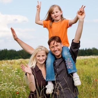 Família posando em um campo de grama