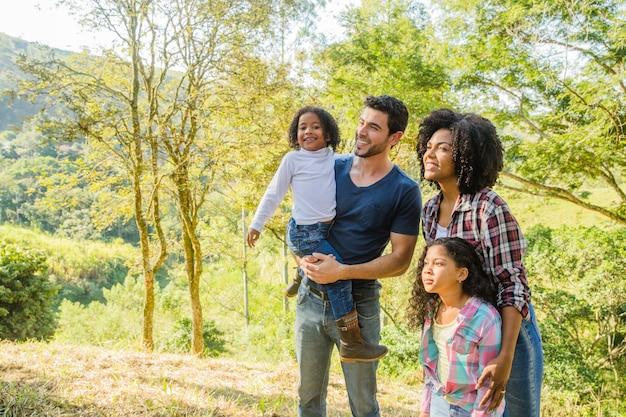 Família posando para uma foto