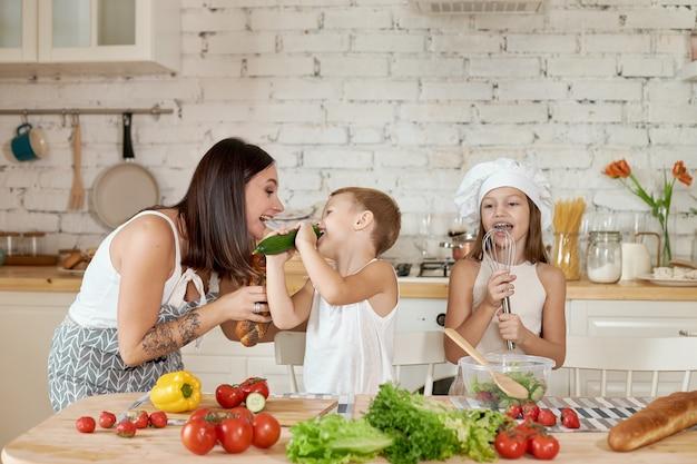 Família prepara almoço na cozinha