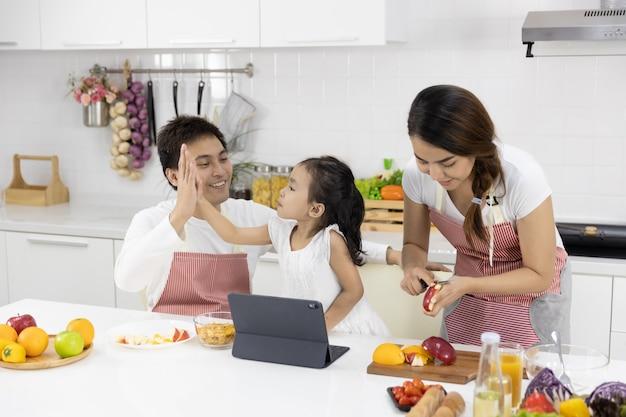 Família preparando a refeição na cozinha