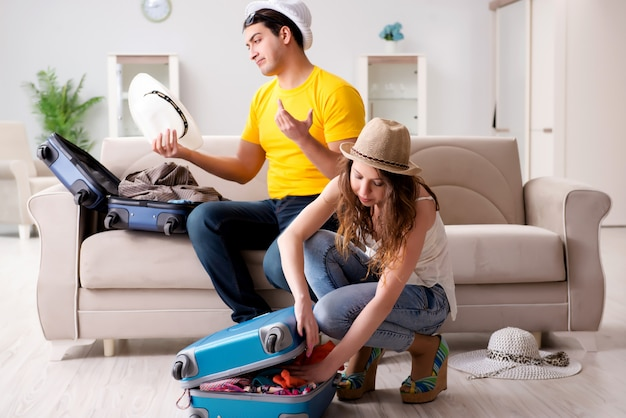Família preparando a viagem de férias