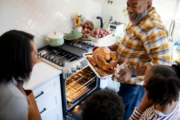 Família preparando o peru do dia de ação de graças
