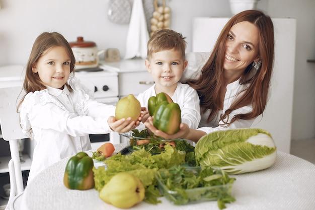 Família preparando uma salada na cozinha