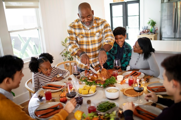 Família pronta para o jantar de ação de graças